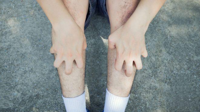 к чему чешутся колени